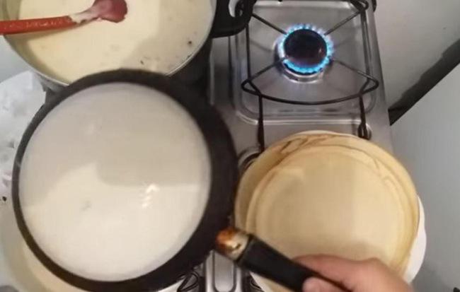"""Chàng trai nhúng đáy chảo xuống thau bột rồi đặt lên bếp lửa, tưởng đùa hóa ra làm được món bánh ngon """"thần sầu"""""""