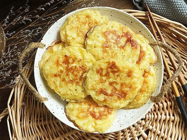 Nhà còn nhiều táo, tôi làm ngay món bánh táo chiên cho cả nhà ăn sáng, ai cũng tấm tắc khen ngon!