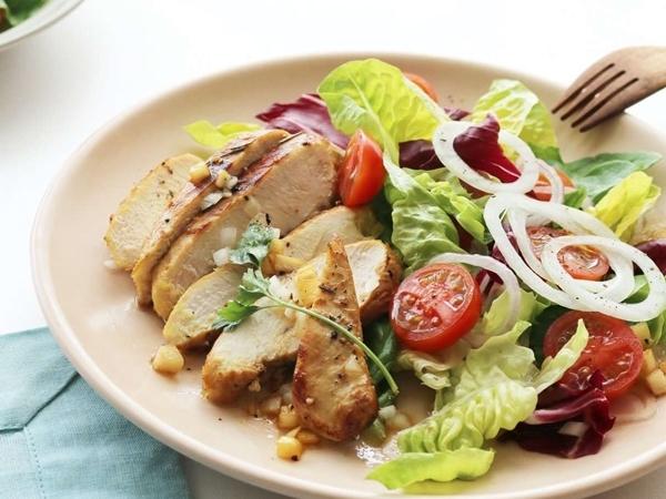 Bí quyết làm salad ức gà cho người muốn giảm cân