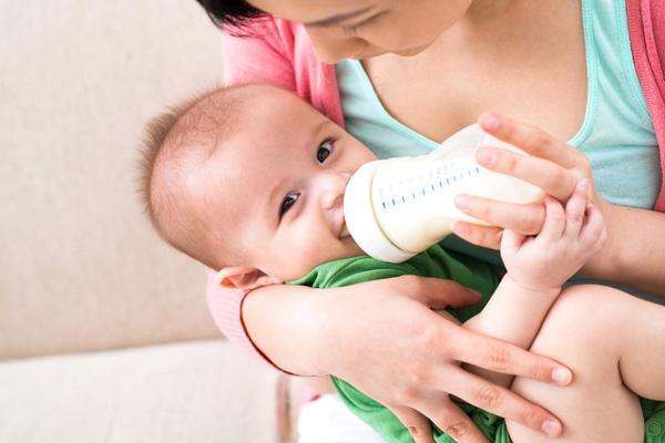 Hướng dẫn chi tiết cách pha sữa cho trẻ để giữ được chất dinh dưỡng