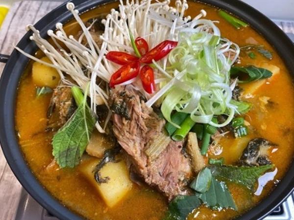 Canh khoai tây hầm xương Hàn Quốc thơm ngon nhờ cách nấu này