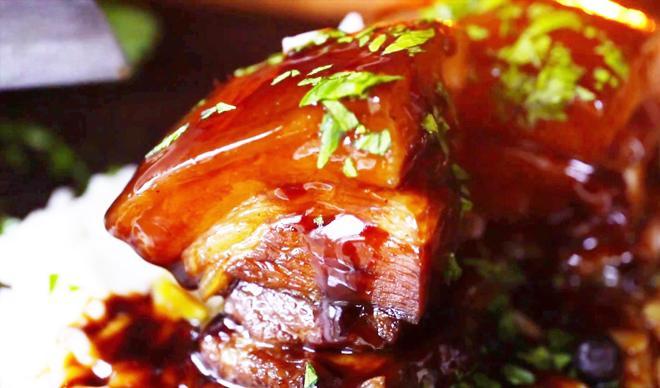 Đầu bếp tiết lộ, kho thịt đừng dùng đường trắng tạo màu, đây mới là thứ khiến thịt ngon, đẹp