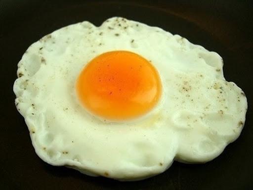 Mẹo chiên trứng ốp la chín đều 2 mặt mà không bị vỡ