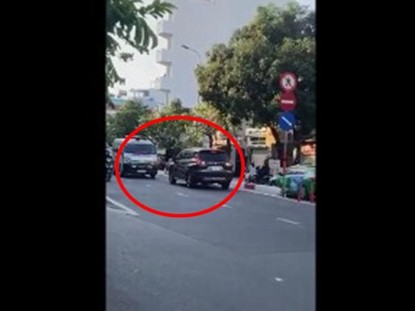 Nữ tài xế ngang nhiên đi ngược chiều lên cầu bị xe cứu thương dạy cho một bài học nhớ đời