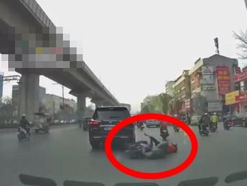 Cắm cúi nhìn điện thoại khi đang lái xe, nam shipper bất ngờ đâm trúng đuôi ô tô 7 chỗ, ngã lăn ra đường