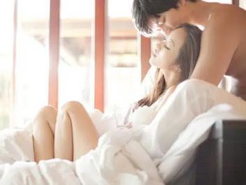 """Những """"điểm nóng"""" trên cơ thể đàn ông mà khi về giường bạn chỉ cần chạm nhẹ cũng đủ """"thiêu rụi"""" chàng trong mọi """"cuộc yêu"""""""