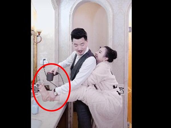 Thấy vợ đưa chân lên bồn rửa mặt, người chồng liền làm điều này khiến dân mạng 'hờn đỏ mắt'