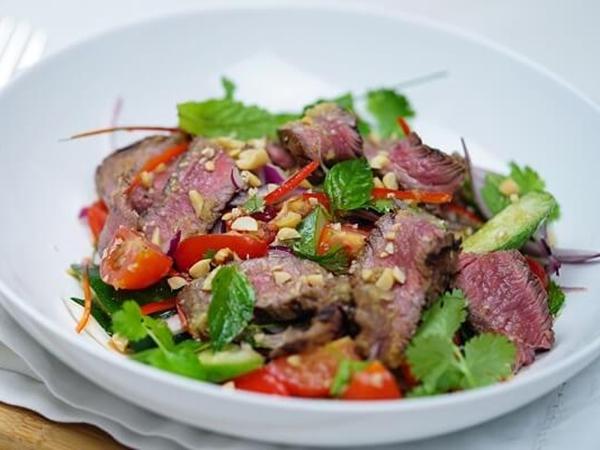Bí quyết làm salad bò nướng ngon hơn nhà hàng
