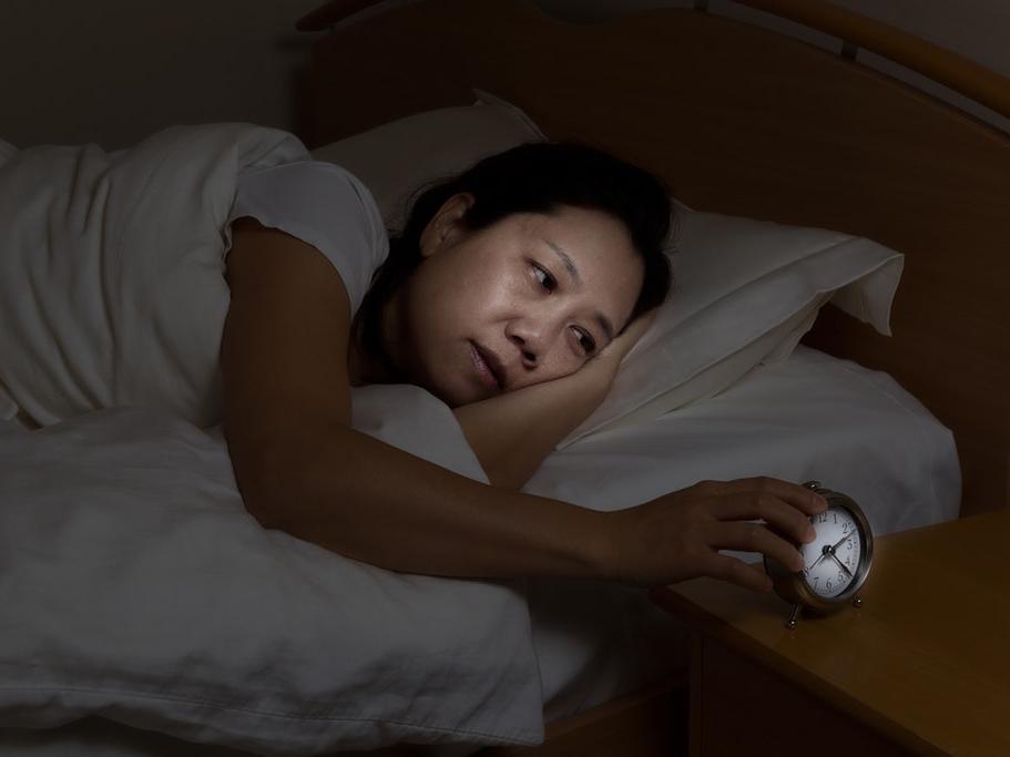 Tại sao thường nghe thấy tiếng động cót két vào ban đêm?