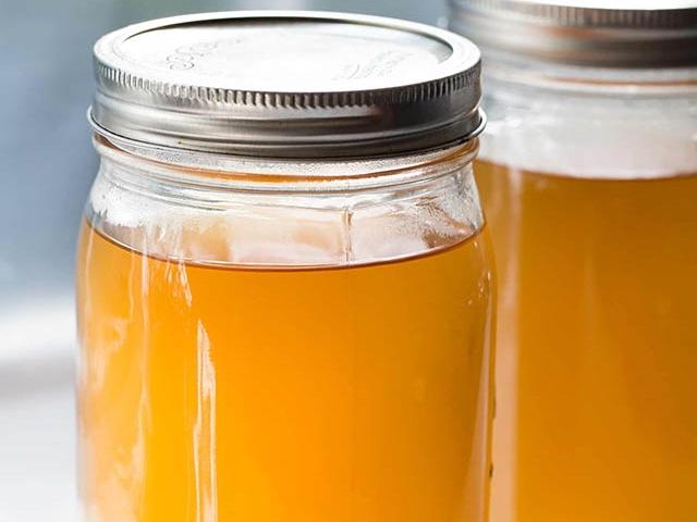 Tận dụng vỏ tôm cua và rau củ để làm nước dùng ngọt thanh, trong vắt