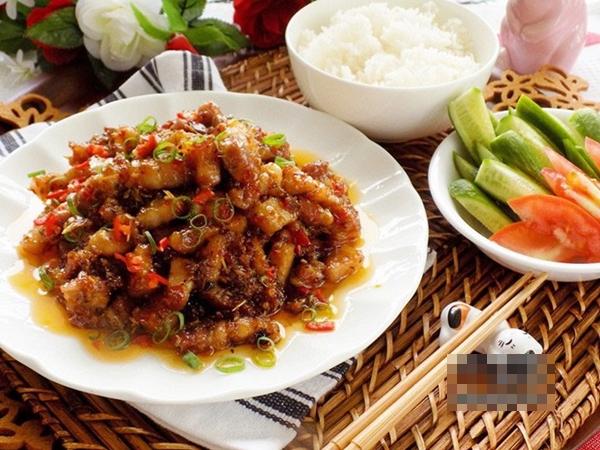 Thịt rim sả ớt đậm đà, mỗi người ăn 3-4 bát cơm chẳng có gì là lạ