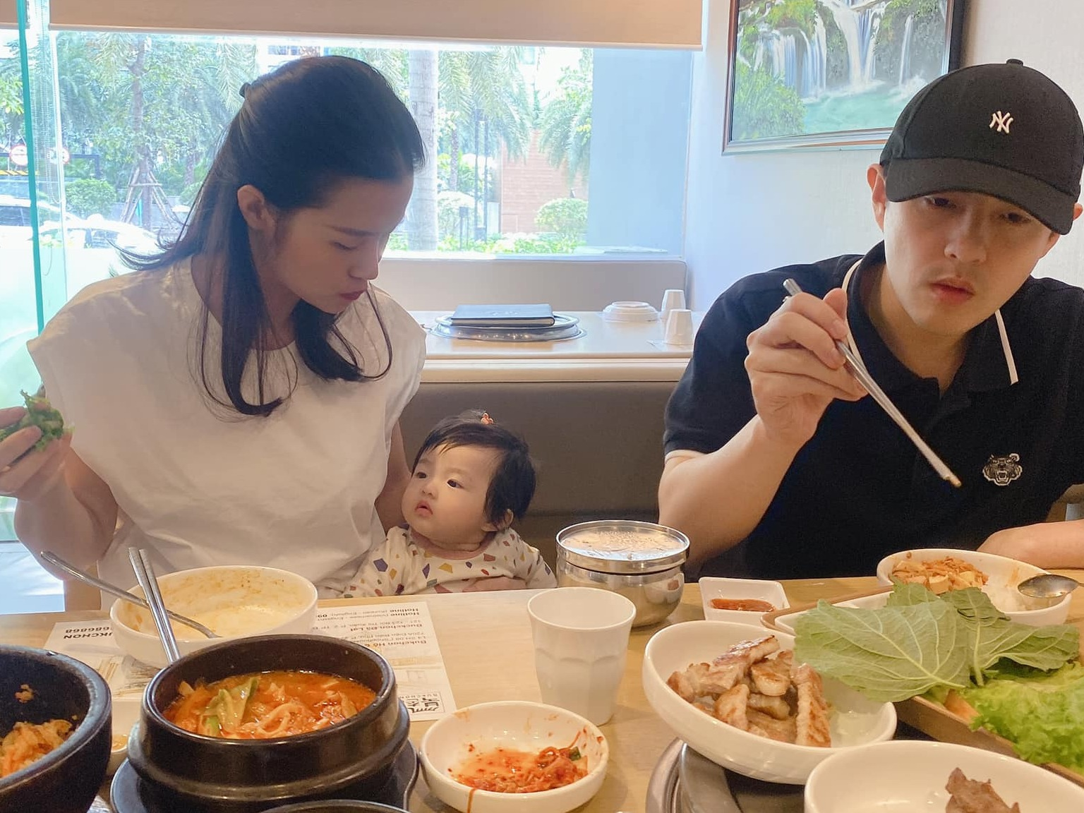 Được chồng dẫn đi ăn mà Đông Nhi 'than ngắn thở dài' vì 'có một thành viên gây mất tập trung ẩm thực quá'