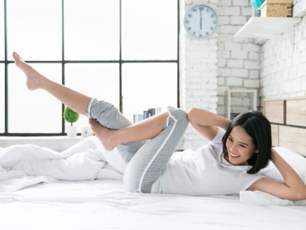 10 động tác có thể tập ngay trên giường giúp giảm mỡ bụng dưới