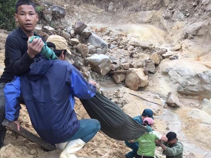 Thương tâm: Vượt 20km đường rừng núi, băng qua nhiều điểm sạt lở đưa sản phụ bị động thai đi cấp cứu, nhưng chỉ cứu được mẹ