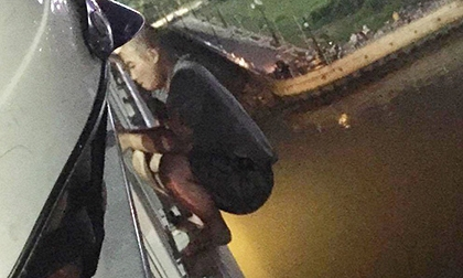 Thanh niên đu lan can cầu Sài Gòn đòi tự tử gây 'náo loạn' lúc nửa đêm