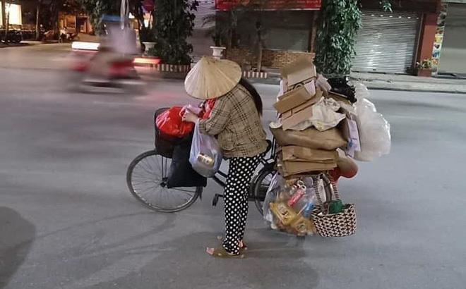 Mẹ bầu vất vả địu con đi nhặt rác kiếm sống cùng câu nói khiến nhiều người nể phục