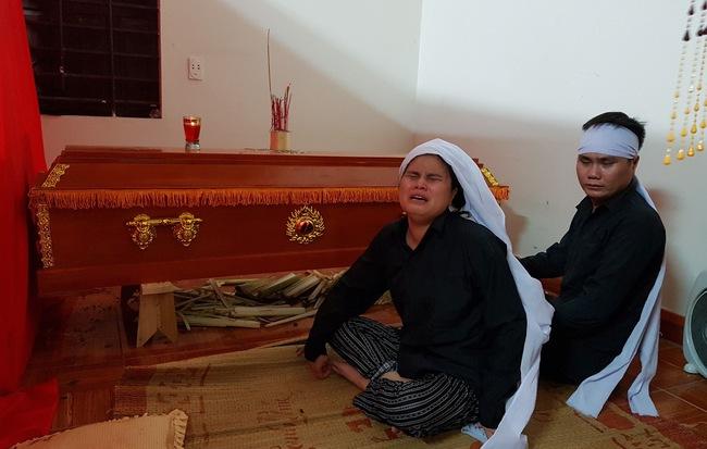 Bố mất sớm, mẹ đột ngột qua đời, hai chị em mù mò mẫm đi tìm ánh sáng, không biết nương tựa vào ai