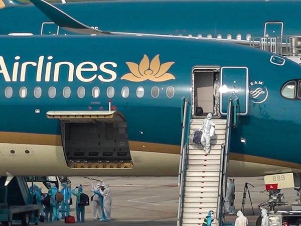 Ảnh: Cận cảnh chuyến bay chở 219 lao động Việt Nam từ Guinea Xích đạo hạ cánh xuống sân bay Nội Bài