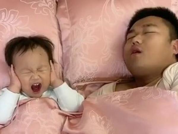 Mất ngủ vì bố ngáy khò khò, bé trai ra tay trừng trị siêu bá đạo