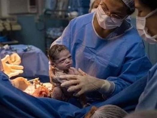 Bức ảnh bé sơ sinh cau có vì 'vừa chào đời đã nghe tin nhà nợ chục tỷ' khiến dân mạng cười lăn cười bò