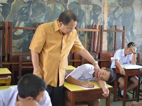 Lay mãi mà học sinh ngủ gật không chịu dậy, thầy giáo phản ứng siêu bá đạo