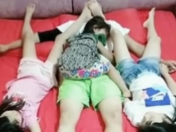 Loạt ảnh bố ngủ cùng 3 'vịt giời' gây bão mạng, tư thế ngủ của các bé mới gây chú ý