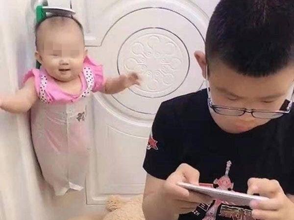 Bị mẹ bắt trông em, bé trai nghĩ ra cách siêu bá đạo để được rảnh tay chơi game