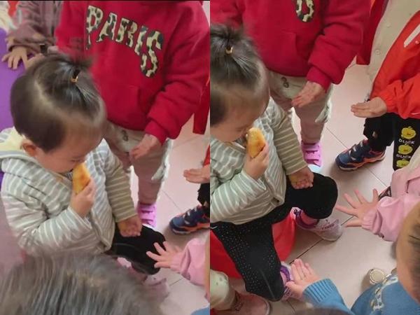 Đang ăn bánh trong lớp thì bị các bạn vây quanh xin xỏ, bé gái xử lý bá đạo khiến người xem cười ngất