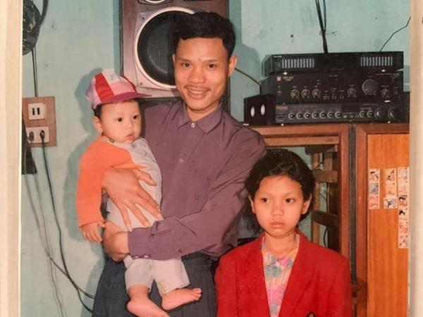 Bức ảnh ngày ấy và bây giờ sau 24 năm của ba cha con gây sốt mạng, cậu con trai thay đổi cực ngoạn mục