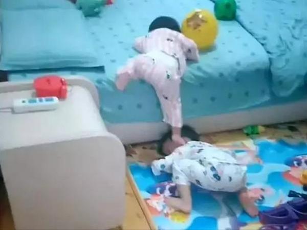 Em gái chân ngắn muốn leo lên giường, anh trai khom lưng tương trợ khiến dân tình ôm tim vì quá đáng yêu