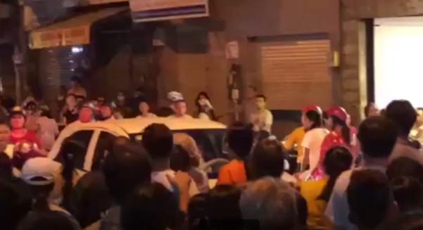 Clip: Đám đông hò hét, gọi tên nghệ sĩ trong tang lễ Anh Vũ