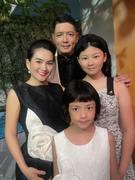 Ngắm diện mạo 2 con gái Bình Minh: Bé lớn chân dài vượt mẹ, con gái út giống ba như đúc - Ảnh 1