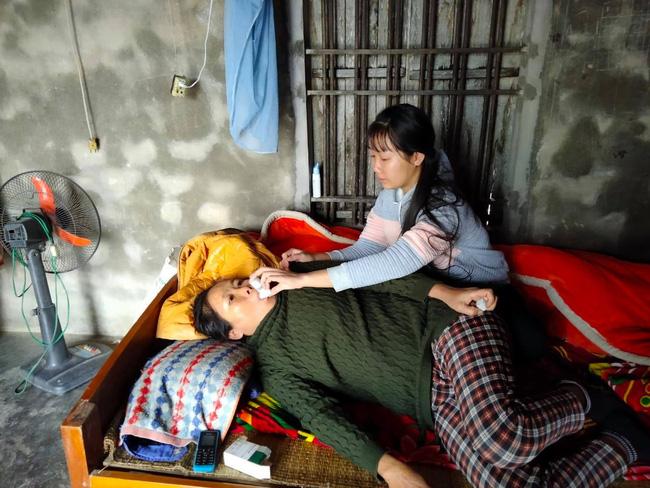 Nước mắt nữ sinh học giỏi không có cha, một mình chăm mẹ mắc bệnh hiểm nghèo 'Nếu mẹ có mệnh hệ gì em biết làm sao đây!' - Ảnh 1