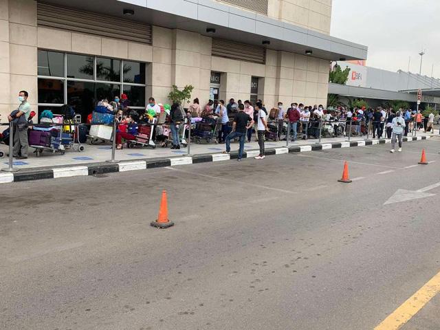 Đưa hơn 340 công dân Việt từ Angola về nước - Ảnh 1