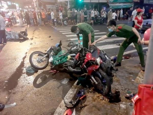 Nhân chứng kể lại giây phút cô gái 22 tuổi lái ô tô đâm 7 xe máy, hàng loạt người bị thương - Ảnh 1