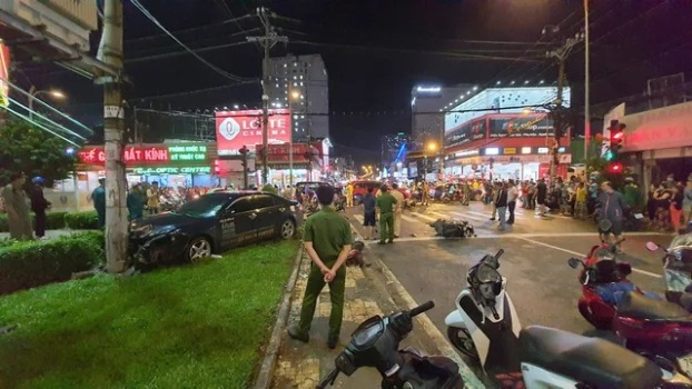 Nhân chứng kể lại giây phút cô gái 22 tuổi lái ô tô đâm 7 xe máy, hàng loạt người bị thương - Ảnh 2