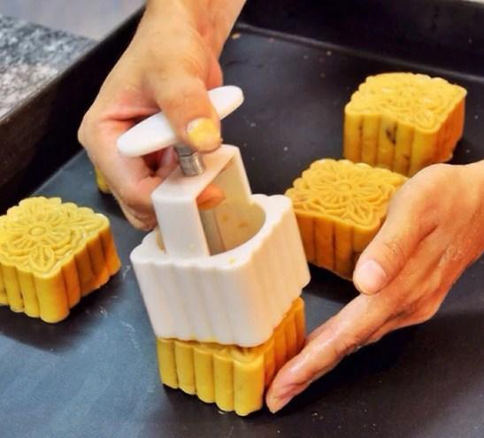 Mách nhỏ cách làm bánh trung thu nhân đậu xanh trứng muối đơn giản, vị ngon khó cưỡng - Ảnh 6