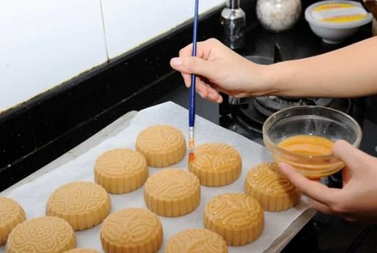 Mách nhỏ cách làm bánh trung thu nhân đậu xanh trứng muối đơn giản, vị ngon khó cưỡng - Ảnh 7