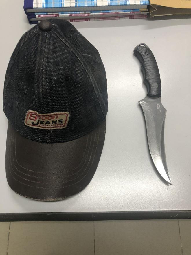 2 thanh niên tông vào xe máy 2 cô gái rồi kề dao, bóp cổ cướp tài sản ở Sài Gòn - Ảnh 4