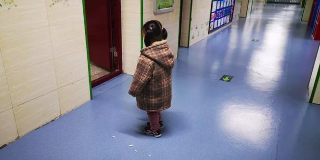 Bé gái bị phạt đứng ngoài cửa lớp khiến hiệu trưởng tò mò, nhưng sự thật phía sau khiến ai cũng xót xa - Ảnh 1