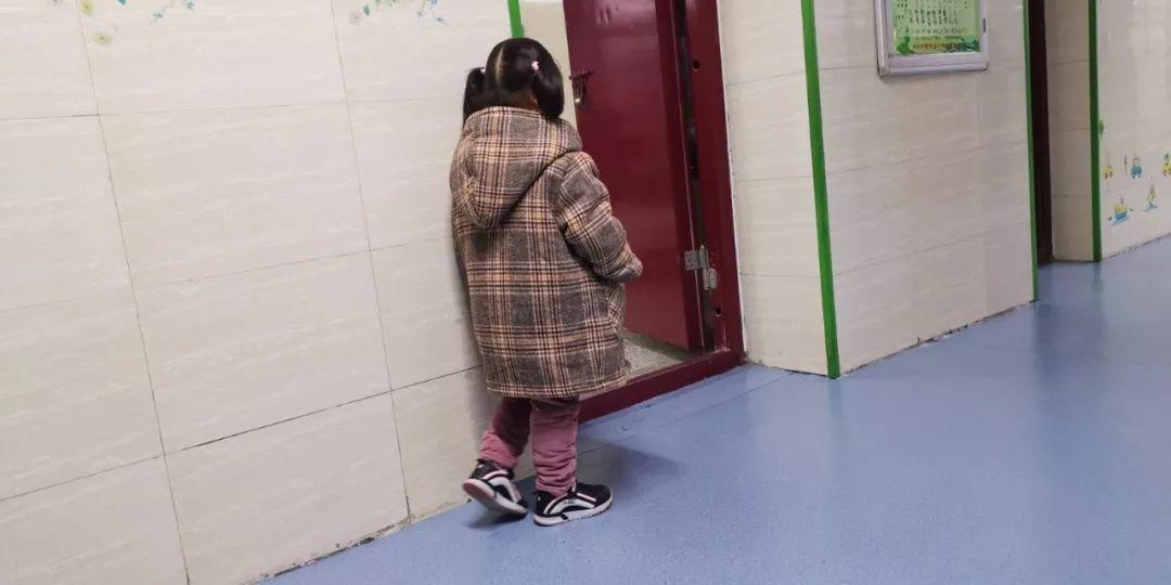 Bé gái bị phạt đứng ngoài cửa lớp khiến hiệu trưởng tò mò, nhưng sự thật phía sau khiến ai cũng xót xa - Ảnh 2