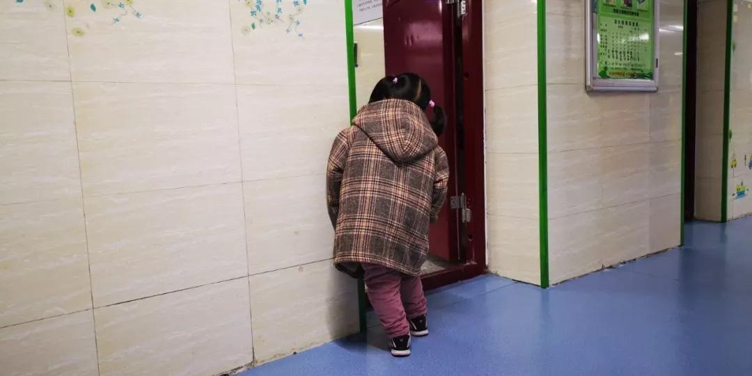 Bé gái bị phạt đứng ngoài cửa lớp khiến hiệu trưởng tò mò, nhưng sự thật phía sau khiến ai cũng xót xa - Ảnh 3