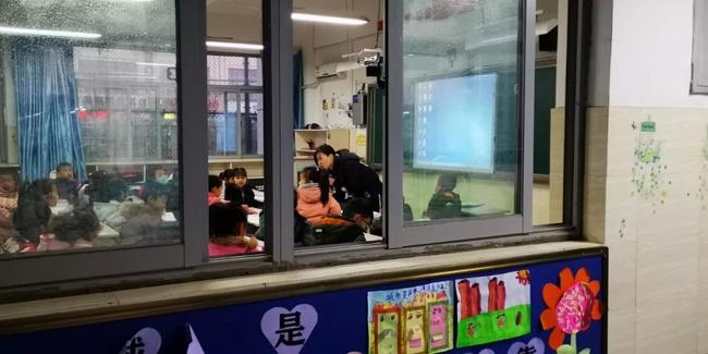 Bé gái bị phạt đứng ngoài cửa lớp khiến hiệu trưởng tò mò, nhưng sự thật phía sau khiến ai cũng xót xa - Ảnh 4