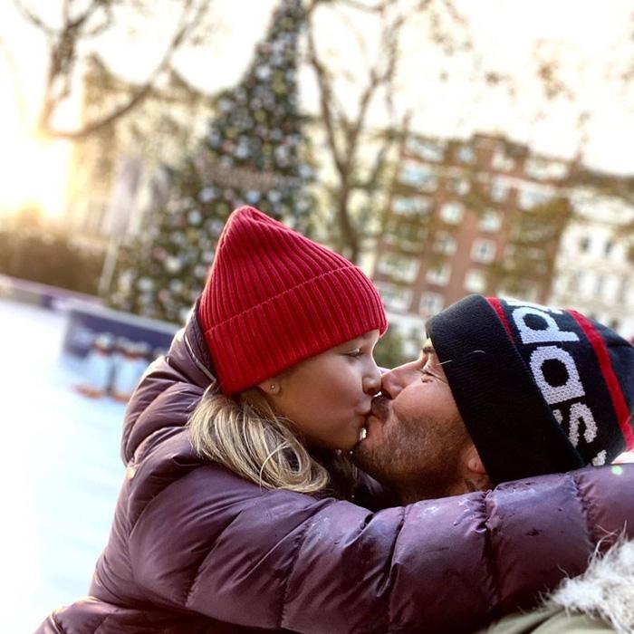 David Beckham thản nhiên hôn môi con gái út Harper, khiến dân mạng tranh cãi dữ dội - Ảnh 3