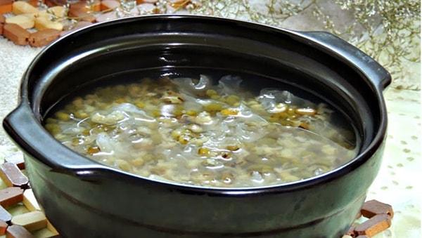 Tiến hành nấu chè hạt sen đậu xanh nha đam đơn giản