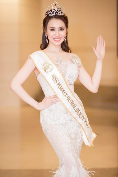 Đến Angela Phương Trinh cũng phải chào thua khi Hoa hậu Thư Dung diện bikini lộ vòng 3 'siêu khủng' - Ảnh 1