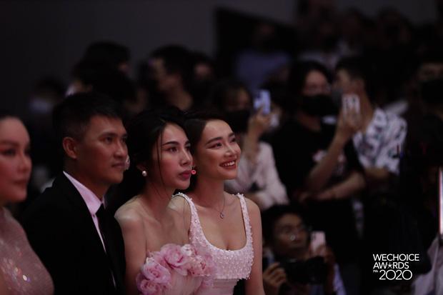 Clip: Nhã Phương được Trường Giang gửi ảnh selfie với con gái giữa gala WeChoice 2020, liền hào hứng khoe 'hàng xóm' Công Vinh - Ảnh 2