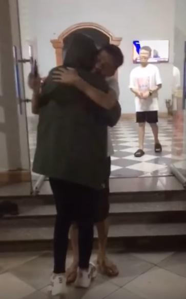Cô gái về nhà không báo trước và khoảnh khắc người bố chạy ra mừng, ôm chặt lấy con gây xúc động trên mạng xã hội - Ảnh 6