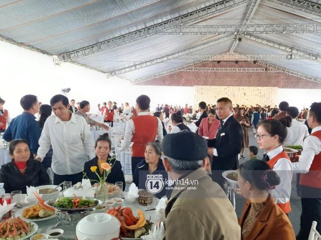 Cận cảnh thực đơn 'cỗ quê' lên tới 10 món gia đình Công Phượng tiếp đãi quan khách, trên mỗi bàn tiệc còn có một chi tiết khiến nhiều người nể vì sự tinh tế - Ảnh 1