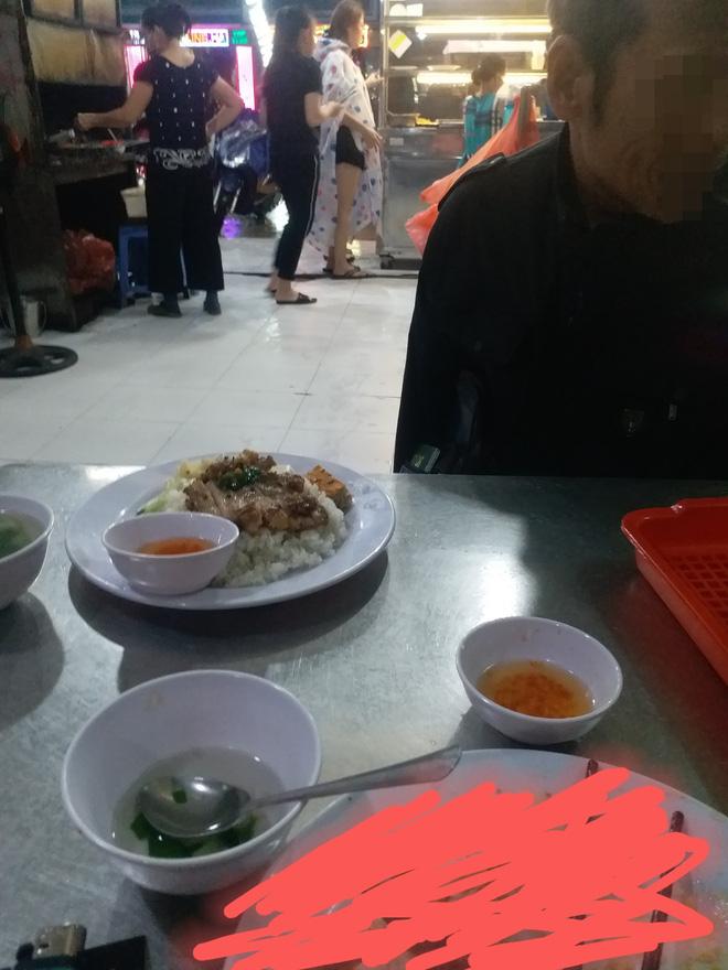 Cụ già tàn tật vào ăn cơm tấm, chủ quán ra giá bất ngờ khiến vị khách bên cạnh phải hỏi lại: 'Chị có nhầm không?' - Ảnh 1